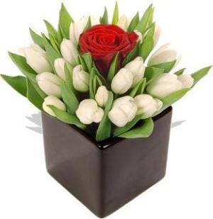 Aranjament Cu Trandafir Rosu Si Lalele Albe Rubin Floral